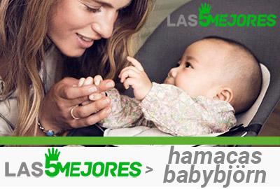 mamá juega con su bebé en hamaca babybjorn