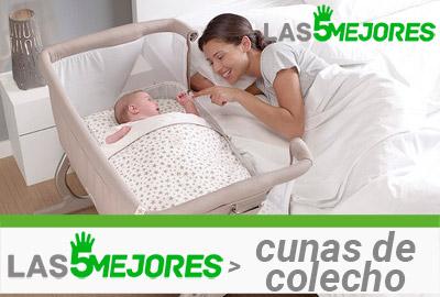 madre sonríe viendo a su bebé dormir en cuna de colecho